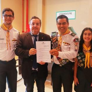 Da direita para esquerda, líder dos Desbravadores, Paulo Rogério, ao centro, o vereador Rodrigo Coelho, pastor líder Krysthyann Zeferino, e a desbravadora, Paola Dias.