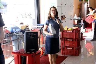 Ireny Ricken fala aos funcionários do supermercado. (Foto: Dinei Avelar)