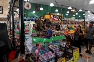 Trabalhadores foram aplaudidos pelos clientes. (Foto: Dinei Avelar)
