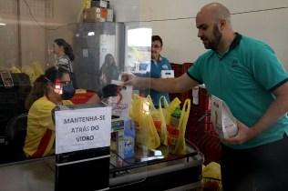 Servidores da instituição adventista entregaram os kits de Páscoa. (Foto: Dinei Avelar)