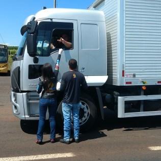 Motociclistas também oraram com os caminhoneiros. (Foto: Marcos Pereira)