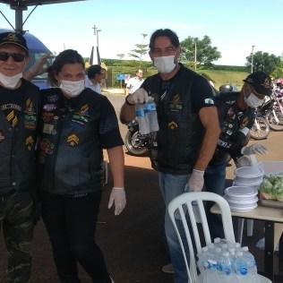 Os voluntários também distribuíram água para os caminhoneiros. (Foto: Marcos Pereira)