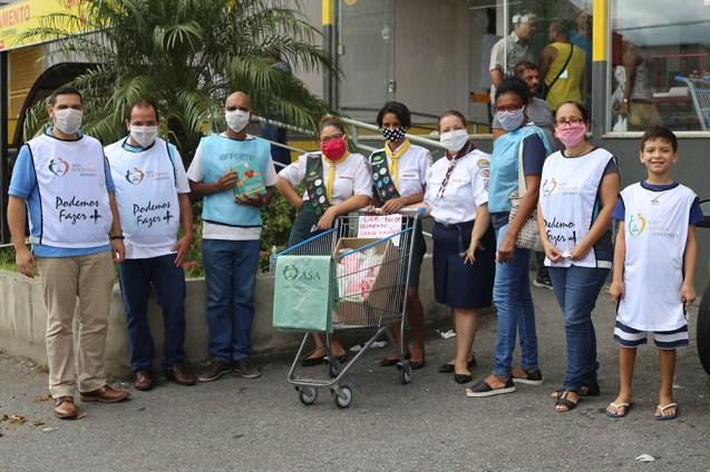 Troca de máscaras e frente aos supermercados (Foto: Renata Paes)