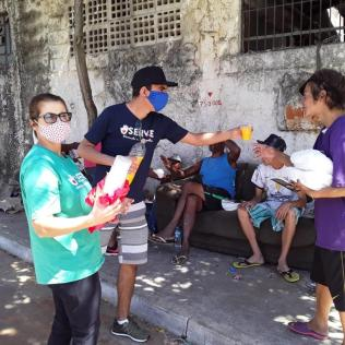 Voluntários da Igreja de Vila Ema distribuíram alimento físico e espiritual a pessoas em situação de rua (Foto: Arquivo Pessoal).