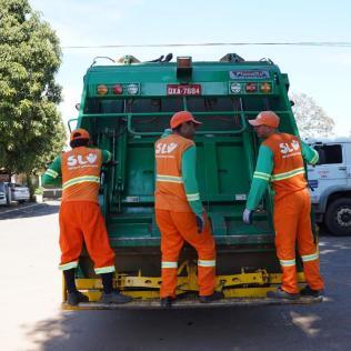 Os profissionais trabalham cerca de oito horas por dia. Cada caminhão tem a capacidade de transportar 13 toneladas de lixo. (Foto: André Azevedo)