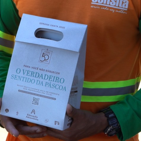 Kit de Páscoa contendo uma colomba pascal, suco de uva integral e um livro que fala sobre esperança. (Foto: André Azevedo)