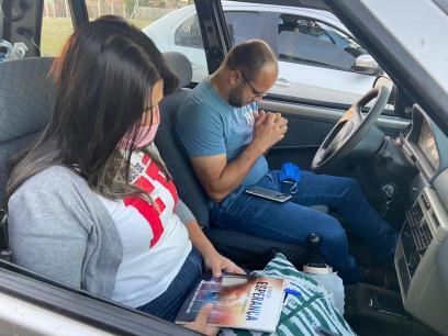 Jovens participaram de culto no estilo drive-in. (Foto: Divulgação)