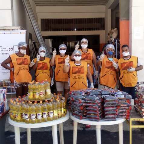 Equipe de voluntários atendendo comunidade durante a pandemia do coronavírus. (Foto: Divulgação)