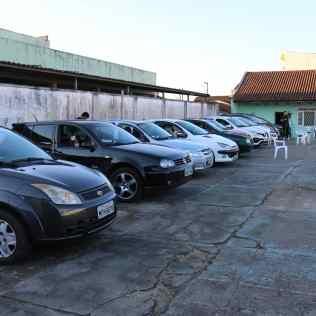 Público acompanha o culto de dentro de seus automóveis.[Foto: Angela Akemi].