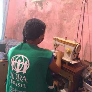 Professoras voluntárias e alunas da Casa de Lió estão confeccionando máscaras de proteção para o Hospital de Base Luis Eduardo Magalhães.(Foto: Carla Pitta)