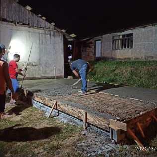Voluntárias iniciam construção do piso da nova casa.[Foto: Harry Metzner].