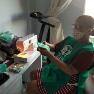 23 voluntárias, entre professoras e alunas da Casa de Lió, ajudaram a confeccionar as mais de 2 mil máscaras. (Foto: reprodução)