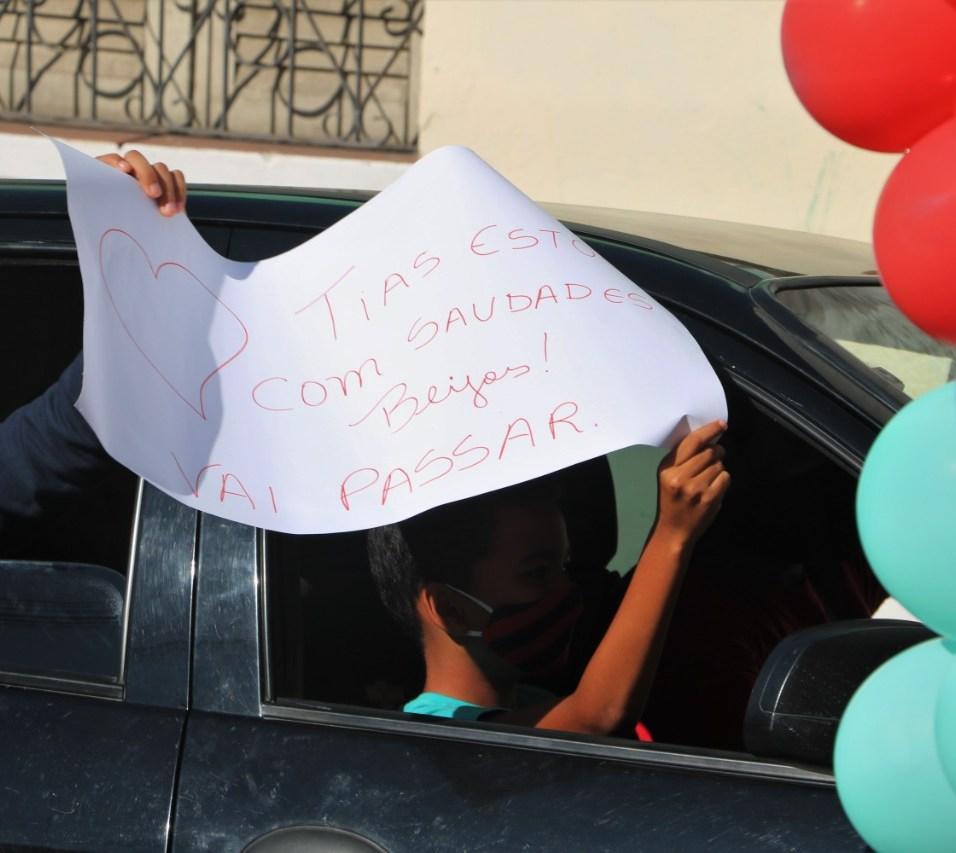Aluno levou cartaz com mensagem para professoras em Itabuna. (foto: Marcos Miranda)