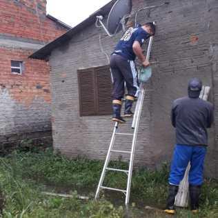 Grupo de Calebes ajudando a colocar um novo telhado.