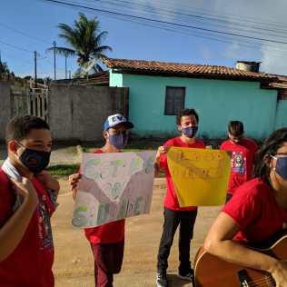 Na cidade de Santa Cruz Cabrália, os adolescentes também levaram cartazes com mensagens de motivação.