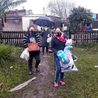 Calebes com presentes para o recém-nascido e cesta básica