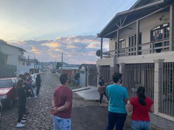 Das ruas e calçadas, jovens cantaram músicas cristãs. [Foto: Missão Calebe de Caçador].