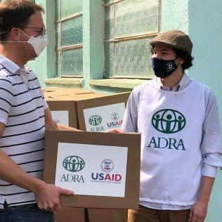 Cônsul dos EUA participou pessoalmente das entregas com os voluntários da ADRA
