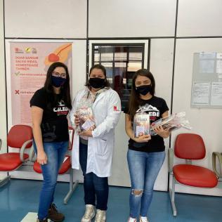 Grupo presenteou profissionais da saúde que atuam no Hemosc de Joaçaba. [Foto: Arquivo Pessoal].