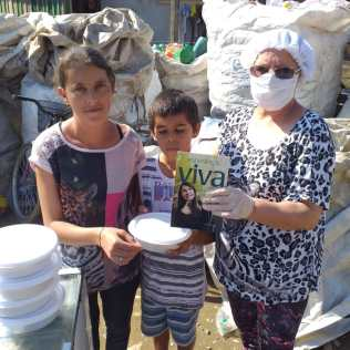 Voluntária entrega marmita e literatura para família carente (Foto: Divulgação)