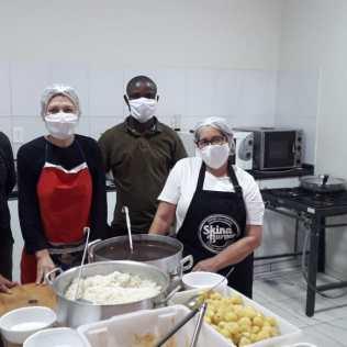 Duas equipes se revezam aos domingos para atender comunidades carentes (Foto: Divulgação)