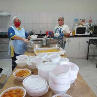 Equipe de voluntárias preparam refeições na cozinha da igreja adventista do bairro Fátima (Foto: Divulgação)