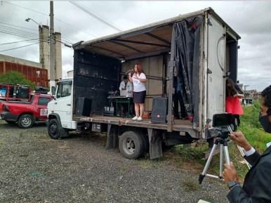 Programa ocorreu no baú de um caminhão e foi transmitido pela internet (Foto: Arquivo pessoal)