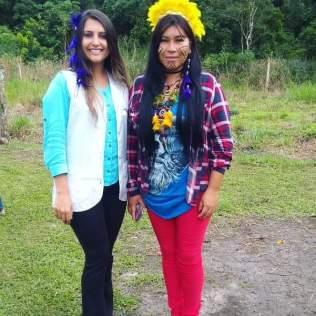 Professora Jenefer e uma de suas alunas indígenas. [Foto: Reprodução].