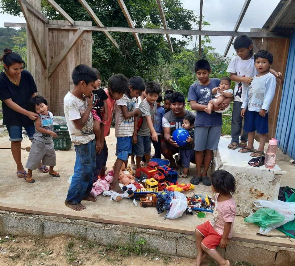 Crianças indígenas posam para fotos com brinquedos recebidos. [Foto: Secretaria Especial de Saúde Indígena].