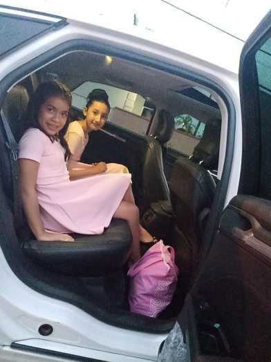 Meninas foram levadas de carro até local do banquete. [Foto: Reprodução].