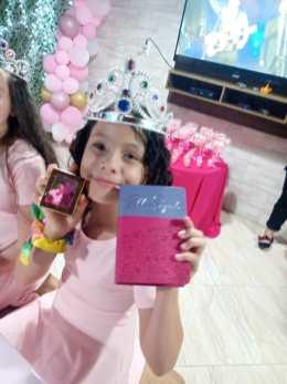 Bíblias e lembrancinhas foram entregues para as meninas.[Foto: Reprodução].