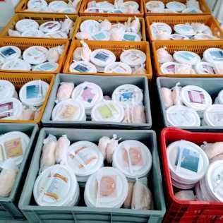 Cerca de 200 marmitas foram entregues no centro da capital gaúcha (Foto: Mírian Dutra)