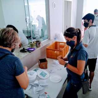Membros da IASD confeccionaram os kits de alimentação (Foto: Mírian Dutra)