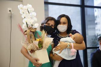 Esposas dos ordenados receberam homenagens por seu papel no ministério do esposo. [Foto: Paulo Ribeiro].
