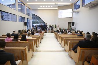 Pastores distritais, líderes administrativos e fiéis locais acompanharam solenidade. [Foto: Paulo Ribeiro].