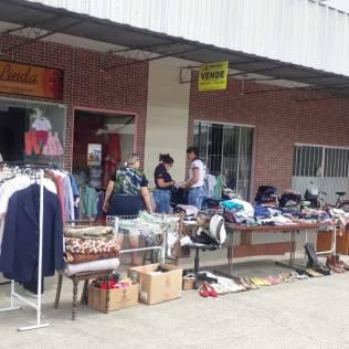 Centenas de itens foram oferecidos no varal solidário. [Foto: Clube de Aventureiros Vagalumes].