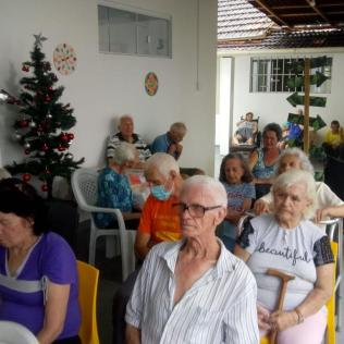 Idosos assistiram apresentação do coral em uma área da casa de repouso. [Foto: Sezinaldo Vargas e Sérgio Kaczan]