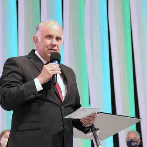 Pastor Edilson Valiante ministra os momentos finais da cerimônia (Foto: Vanessa Moraes).