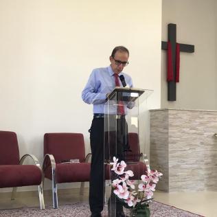 Pastor Ronaldo Bertazzo fez primeira reflexão bíblica na igreja recém-inaugurada. [Foto: Reprodução].