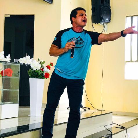 Pr. Eduardo Batista ministrando a palavra em um dos pontos de evangelismo. (Foto: Reprodução)