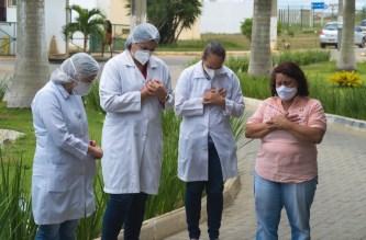 Equipe do Hospital Geral de Vitória da Conquista participa de momento de oração. (Foto: Reprodução)