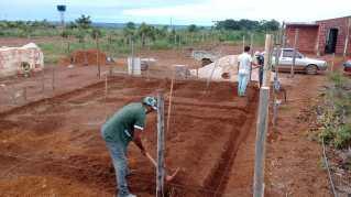 Voluntários trabalham na construção da casa.