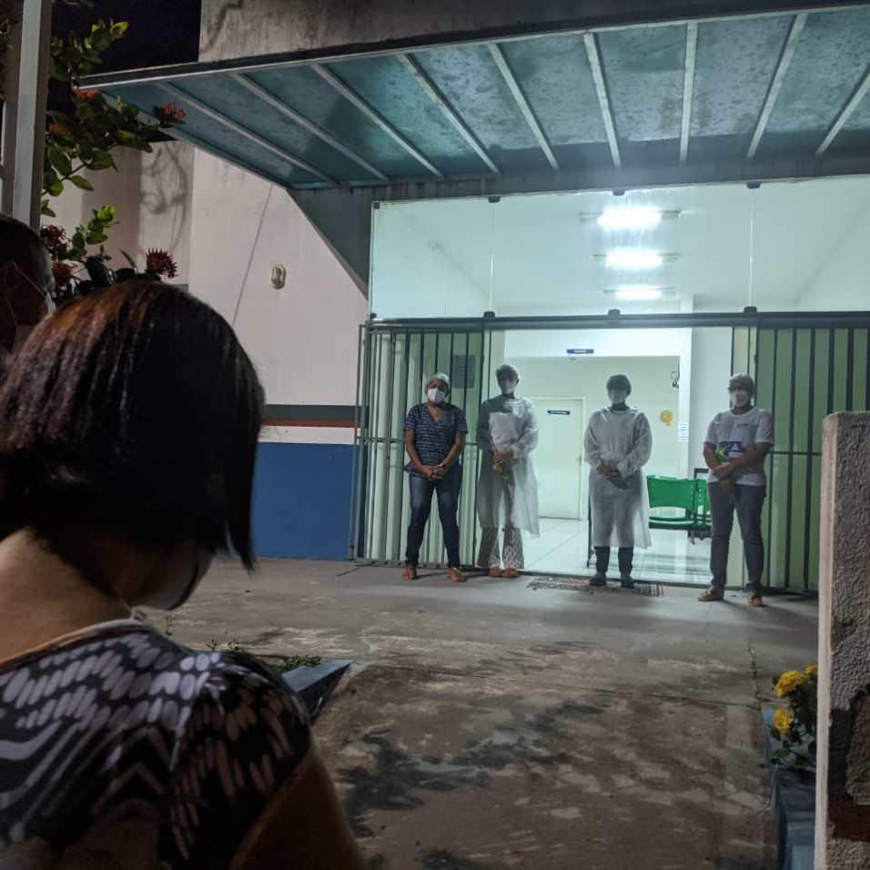 Adventistas fizeram serenata para os profissionais da Central COVID de Santa Cruz Cabrália. (Imagem: Reprodução)