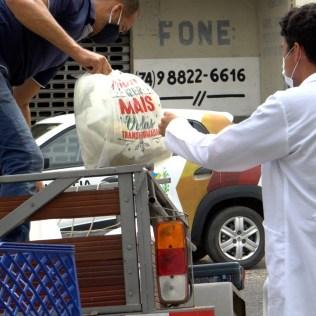 Voluntários entregando donativos na porta do sanatório. (Foto: Ivo Araújo)