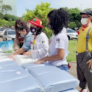 Os voluntários doaram mais de três mil toucas e dois mil capotes (uma espécie de vestimenta especial para profissionais da saúde). (Foto: Rafael Brondani)