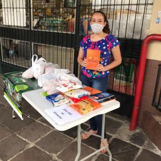 Em troca dos alimentos, os consumidores receberam exemplares do livro do ano