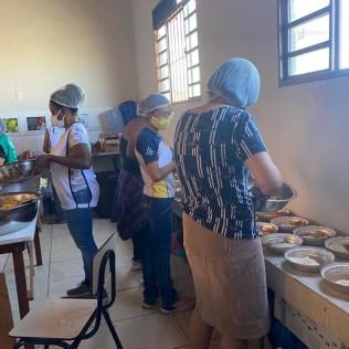 Preparação das marmitas aos domingos. Um projeto da Igreja Adventista do bairro São Paulo. (foto: arquivo pessoal)