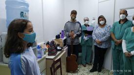 Profissionais da saúde assistem e se emocionam com canção interpretada por aluna. [Foto: Sandy Mayara da Silva].