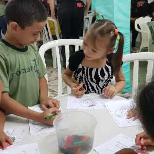 Crianças no projeto durante as oficinas antes da pandemia.