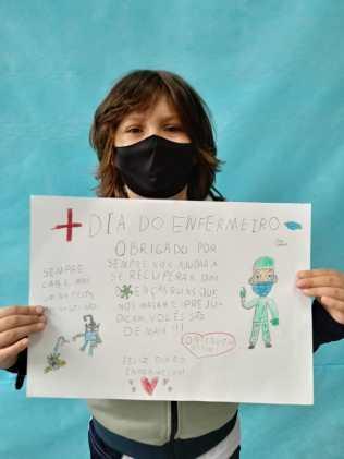 Estudante com carta preparada para enfermeiros. [Foto: Reprodução].